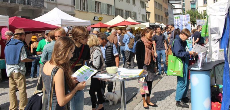 Nicht alle kamen nur um gut zu Essen: Viele informierten sich auch über die Hintergründe der veganen Ernährung. (Foto: Swissveg)